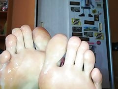 Sexy Twink cums on his feet then shows it in front of camera